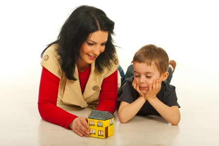 Moeder en zoon liggen op de vloer in hun huis en met gesprek over een nieuw huis Stockfoto