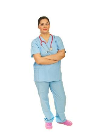 mani incrociate: Piena lunghezza della donna medico in piedi con le braccia piegate isolato su sfondo bianco