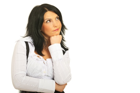 Verwarde peinzende zakenvrouw te kijken en iets naar een kant om ruimte te houden de hand te kopiëren naar de kin en het maken van grimas geïsoleerd op witte achtergrond Stockfoto