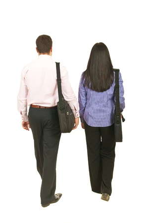 Indietro di due uomini d'affari a piedi e tenendo valigie isolato su sfondo bianco