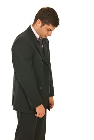 sad look: Infeliz hombre de negocios mirando hacia abajo y caminar aislados sobre fondo blanco
