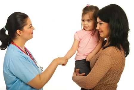 Kennismaking arts met peuter meisje en haar moeder geïsoleerd onw hite achtergrond Stockfoto