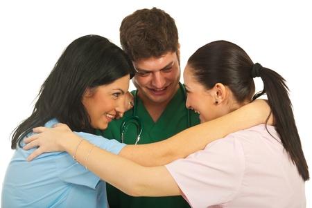 United team van drie artsen stannding in een knuffel en die grappige conversatie op een witte achtergrond