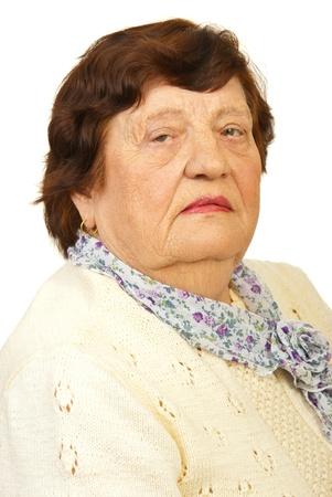 sad look: Primer plano de una anciana con cara seria aisladas sobre fondo blanco