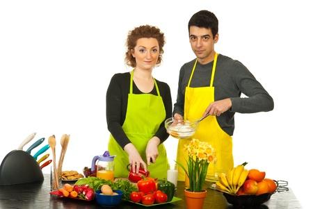 Stel voorbereiding van het diner togheter in hun keuken tegen een witte achtergrond