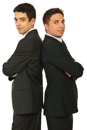 Glückliche beiden Geschäftsleute Rücken an Rücken verschränkt die Arme isoliert auf weißem Hintergrund