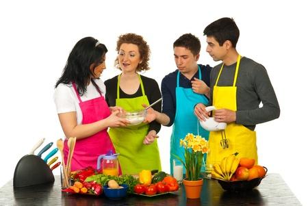 Gelukkig vrienden met gesprek en samen koken in de keuken Stockfoto