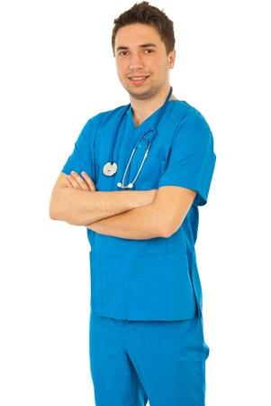 mani incrociate: L'uomo medico Allegro in uniforme blu isolato su sfondo bianco