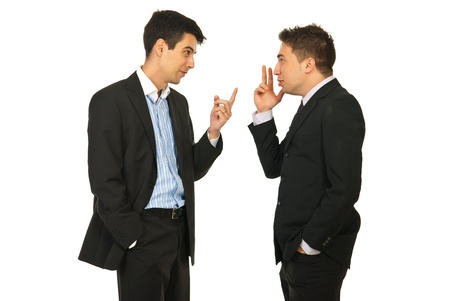 discutere: Gli uomini d'affari che hanno skirmish e gesticolare insieme isolato su sfondo bianco