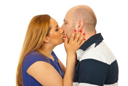 hombre calvo: Cerca de la joven pareja besándose aisladas sobre fondo blanco Foto de archivo