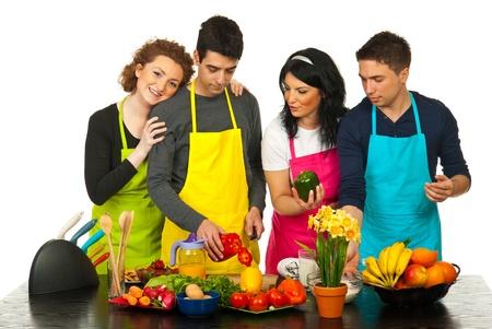 familias unidas: Felices dos parejas cocinando juntos en la cocina Foto de archivo