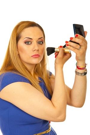 mujer maquillandose: Belleza rubia mujer aplicar rubor en la mejilla aislada en el fondo blanco Foto de archivo