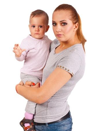 Gelukkig moeder haar huilende baby meisje op een witte achtergrond Stockfoto