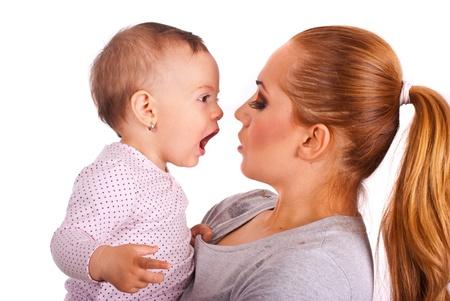Baby meisje te praten met moeder geïsoleerd op witte achtergrond