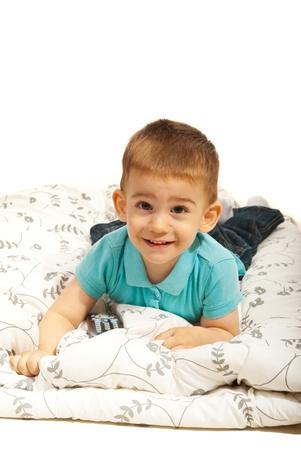 Lachende jongen liggend op deken geïsoleerd op witte achtergrond