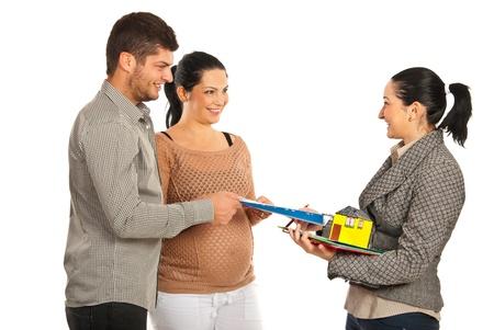 Onroerend goed geven huis contract voor aanstaande paar geïsoleerd op witte achtergrond