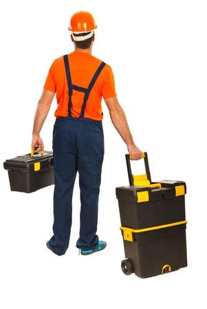 Indietro dell'uomo lavoratore a piedi e che trasportano scatole strumenti isolato su sfondo bianco