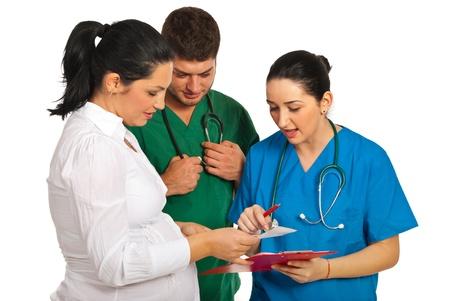 homme enceinte: Médecins avoir une conversation avec une femme enceinte isolée sur fond blanc