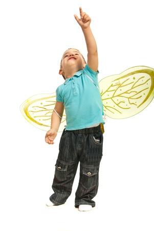 Ragazzo del bambino con le ali delle api verso l'alto isolato su sfondo bianco
