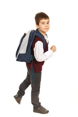 Ragazzo di scuola a piedi la fretta isolato su sfondo bianco