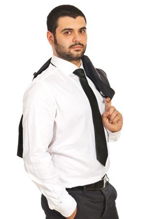 elegant business man: Uomo d'affari elegante in piedi con la mano alla tasca e la giacca sulla spalla isolato su sfondo bianco