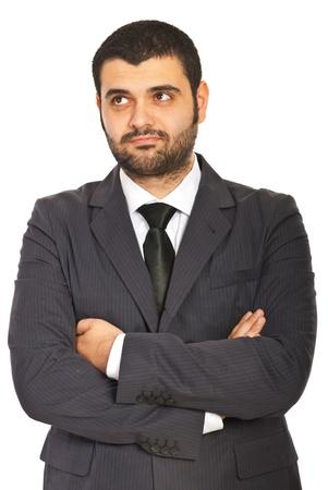 mains crois�es: Homme d'affaires confus debout vec les mains crois�es isol� sur fond blanc