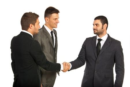 Gli uomini d'affari stretta di mano dando alla riunione isolato su sfondo bianco