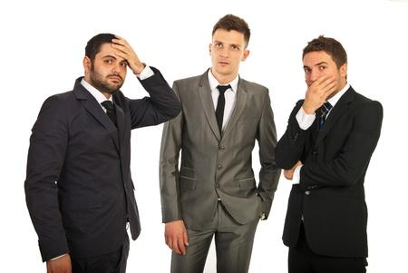 persona confundida: Grupo preocupado y estresado de los hombres de negocios pensando en soluciones aisladas sobre fondo blanco