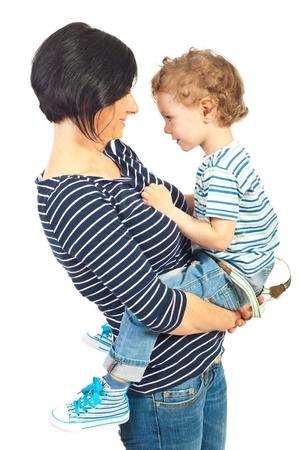 Moeder en zoon staande face to face op een witte achtergrond Stockfoto