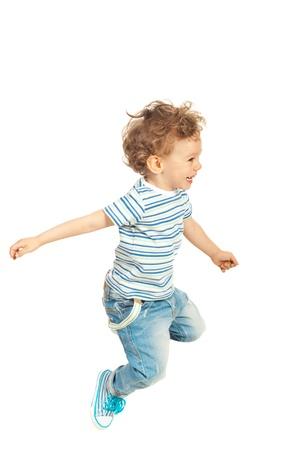 Gelukkig peuter jongen springen geïsoleerd op een witte achtergrond