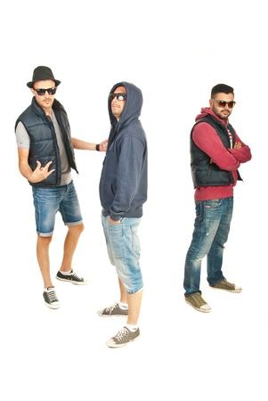 raperos: Romper equipo de baile de tres chicos en ropa de moda las gafas de sol ans aislados sobre fondo blanco