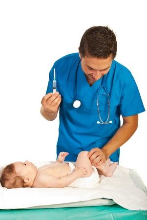 inyeccion intramuscular: Pediatra vacuna intramuscular bebé en las piernas aislados en fondo blanco Foto de archivo