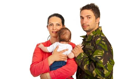 Felice madre, bambino e padre militare isolato su sfondo bianco