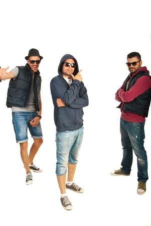 raperos: Grupo de tres bailarines de hip hop que se coloca en una posición diferente de baile aislados en el fondo blanco