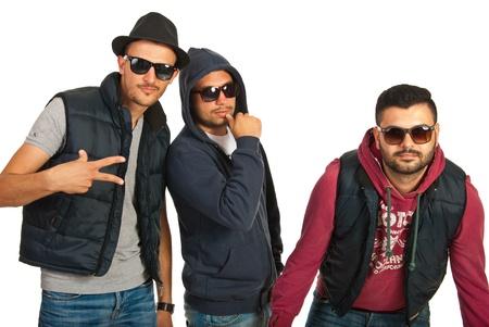 raperos: Grupo de tres bailarines hombres romper con gafas de sol gesticular aislado en fondo blanco