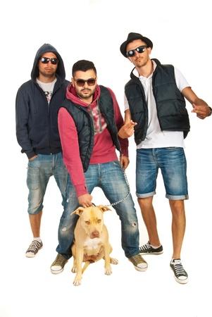 raperos: Tres raperos chicos con gafas de sol y un perro pitbull aislados sobre fondo blanco