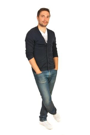 mani incrociate: Allegro casual uomo in piedi con le mani alle tasche dei jeans e delle gambe crosed isolato onw hite sfondo