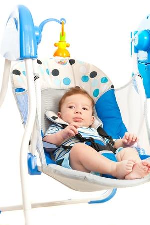 columpios: Bebé en el oscilación eléctrica aislada en el fondo blanco