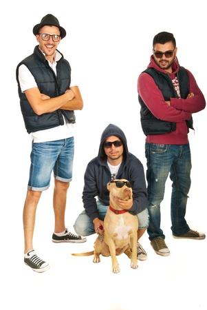 raperos: Miembros de hip hop funky con perro pitbull aislados sobre fondo blanco