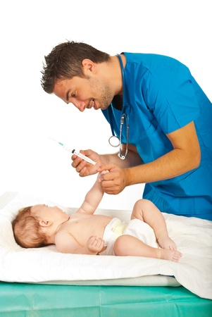 inyeccion intramuscular: Doctor listo para bebé vacuna aislado en fondo blanco