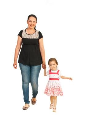 Moeder met haar dochter lopen samen op een witte achtergrond Stockfoto