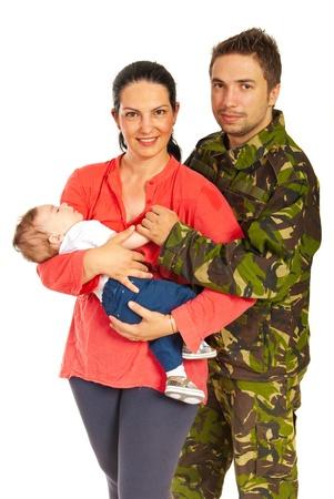 Militaire man en zijn familie staan in omhelzing op een witte achtergrond