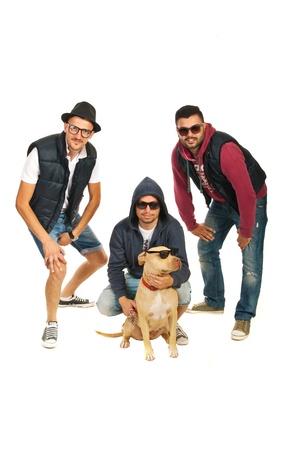 raperos: raperos banda con el perro pitbull con gafas de sol aislados sobre fondo blanco