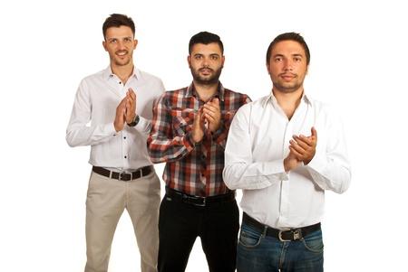 manos aplaudiendo: El éxito de los hombres de negocios casual de pie en una fila y aplaudiendo sus manos aisladas en fondo blanco