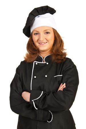 mani incrociate: Fiducioso donna chef in piedi con le braccia piegate isolato su sfondo bianco