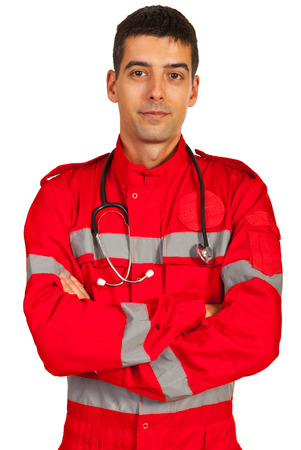 Paramedico in uniforme in piedi con le braccia piegate isolato su sfondo bianco