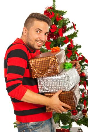 robo: Hombre divertido con la pila de regalos de Navidad delante del �rbol quieren que les robaron Foto de archivo