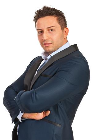 mani incrociate: Uomo sicuro di affari con le mani incrociate isolato su sfondo bianco