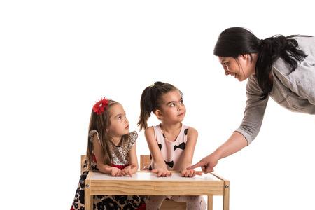 preguntando: Madre pidiendo a sus hijas si se lavan las manos antes de la cena Foto de archivo
