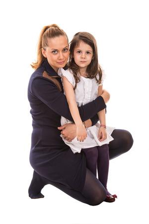 mama e hija: Madre abrazando a su hija aislada en el fondo blanco Foto de archivo